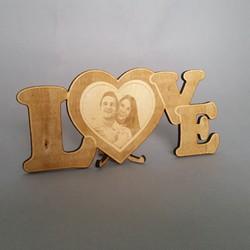 Надпис LOVE гравиран